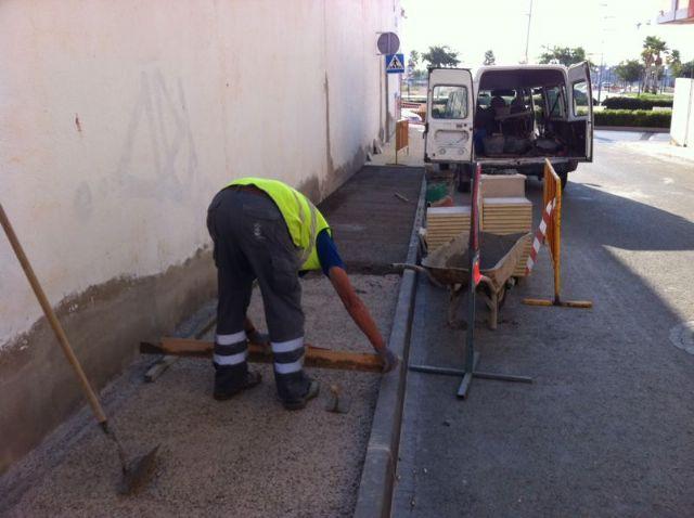 La concejalía de Infraestructuras adecúa las aceras de las calles Real y Santa Eulalia, Foto 1