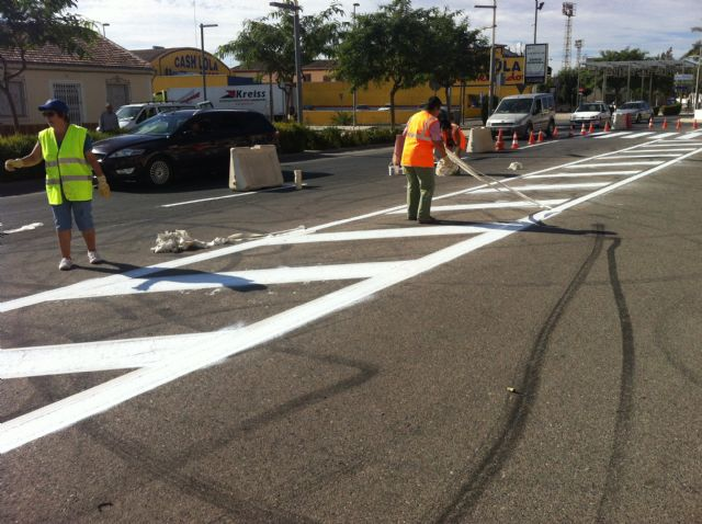 They do the work of repainting markings on Avenida Juan Carlos I - 2
