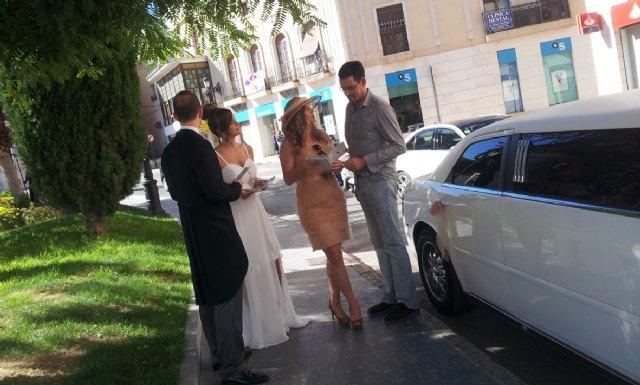 Una pareja de novios convierte las calles de Totana en una boda, Foto 1