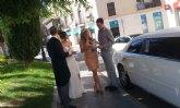 Una pareja de novios convierte las calles de Totana en una boda