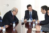 El alcalde recibe a Samper y a directivos de Ferrovial y CHM, adjudicatarias para Paramount