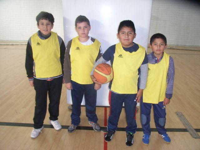 Comienza la fase local de baloncesto benjamín y futbol sala alevín femenino de Deporte Escolar organizada por la concejalía de Deportes, Foto 1