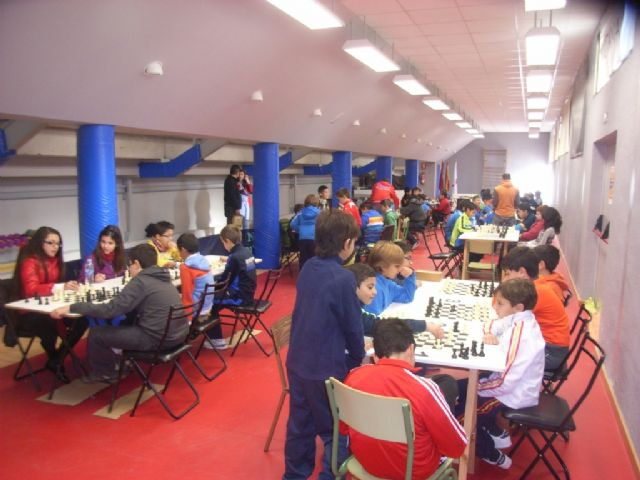 Medio centenar de escolares de los diferentes centros de enseñanza de la localidad protagonizaron la fase local de ajedrez de Deporte Escolar, Foto 1