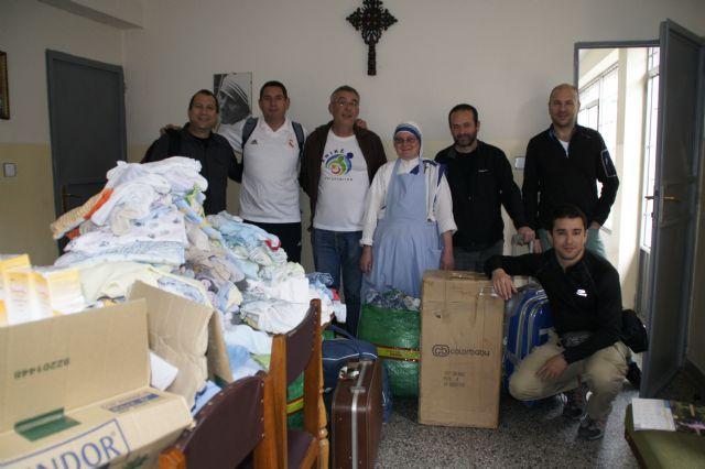 Anike Voluntarios entrega ropa y medicamentos a niños necesitados en Etiopía