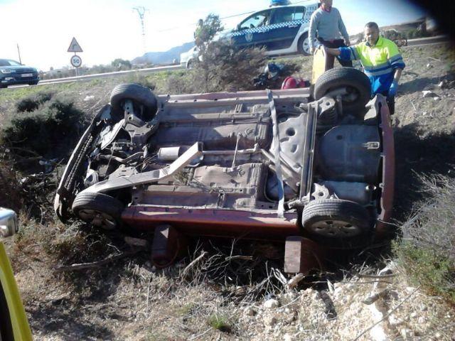 Dos mujeres heridas al salirse de la calzada el turismo en el que viajaban en la N-340, a la altura del camping de Totana, Foto 1