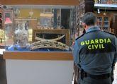 La Guardia Civil decomisa una veintena de piezas de marfil en un comercio de Totana