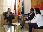 El consejero Manuel Campos recibe al alcalde de Alhama de Murcia