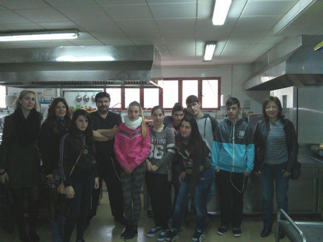 Alumnos del Aula Ocupacional visitan el Programa de Cualificación Profesional de Cocina que se imparte en el IES Juan Bosco de Lorca, Foto 1