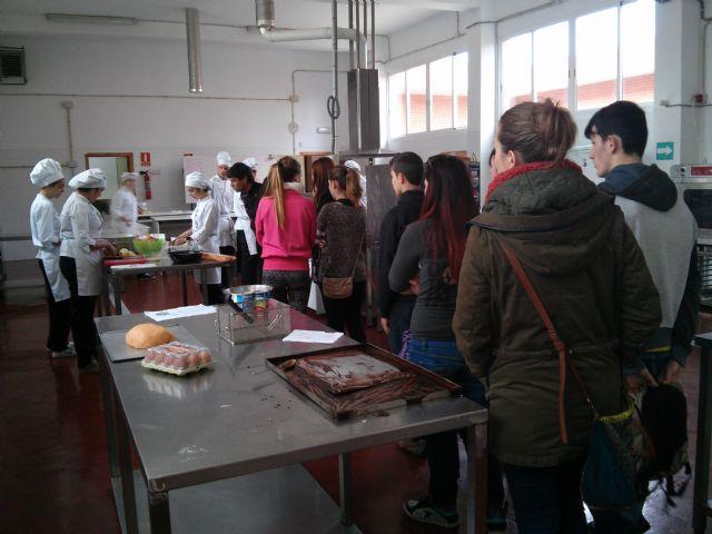 Alumnos del Aula Ocupacional visitan el Programa de Cualificación Profesional de Cocina que se imparte en el IES Juan Bosco de Lorca, Foto 2