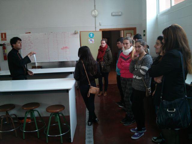 Alumnos del Aula Ocupacional visitan el Programa de Cualificación Profesional de Cocina que se imparte en el IES Juan Bosco de Lorca, Foto 3