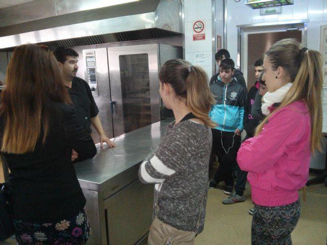 Alumnos del Aula Ocupacional visitan el Programa de Cualificación Profesional de Cocina que se imparte en el IES Juan Bosco de Lorca, Foto 4