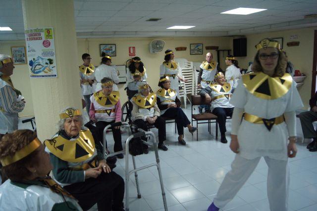 Usuarios del SED y del SEDA del Centro Municipal de Personas Mayores de Totana participan en el carnaval, Foto 1
