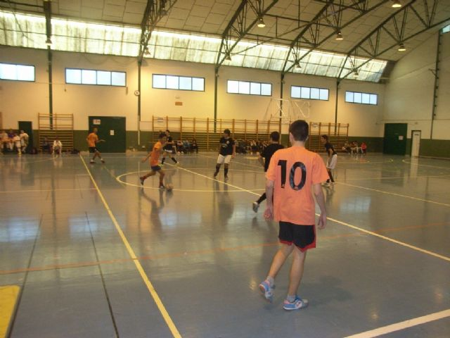 La Sala Escolar de Totana acogió la semifinal de la fase intermunicipal de futbol sala de Deporte Escolar, Foto 4