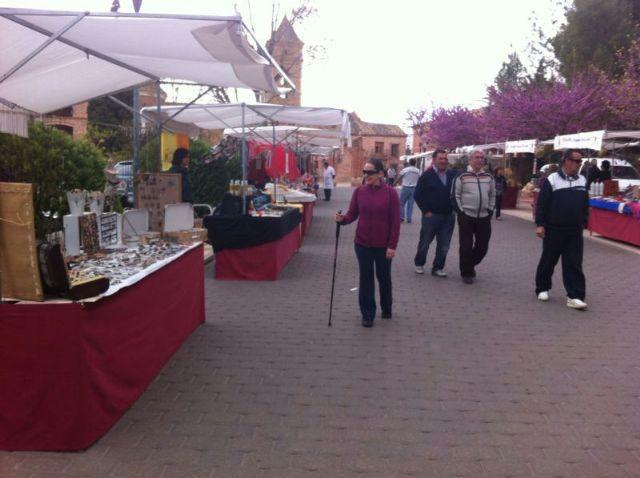 El mercado artesano de La Santa vuelve a atraer a las inmediaciones del santuario a decenas de visitantes
