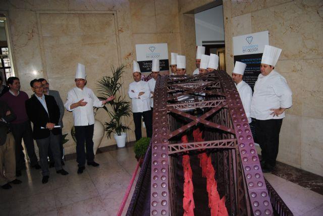 Una reproducción del Puente de Hierro elaborada con 300 kilos de chocolate preside la muestra de artesanía que acoge desde hoy la Delegación del Gobierno, Foto 2