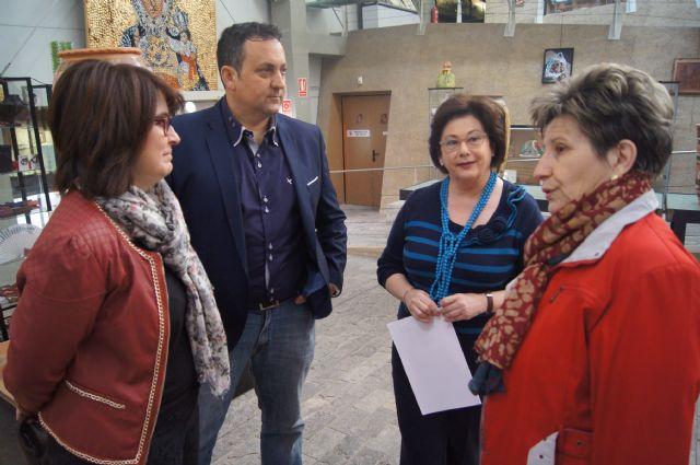 Autoridades municipales asisten a la inauguración de la muestra de Alfar Tudela en el Centro Regional de Artesanía, Foto 6