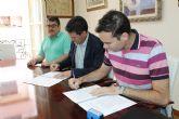 El Ayuntamiento de Alhama firma un convenio que mejora el servicio de recogida de aceite usado