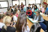 Pedro Cano ofrece una nueva clase magistral a escolares con el pescado como modelo