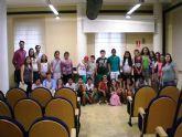 Ocho voluntarios universitarios y los alumnos participantes en el programa de refuerzo educativo de centros de enseñanza de Totana reciben sus certificados