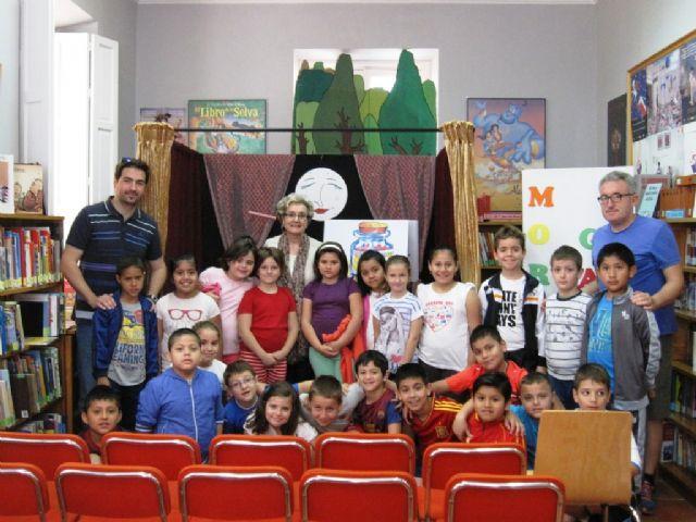 El programa de animación a la lectura finalizó el curso escolar 2013/14 con el cuentacuentos La brujita frambuesita, Foto 1