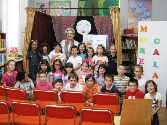 El programa de animación a la lectura finalizó el curso escolar 2013/14 con el cuentacuentos La brujita frambuesita, Foto 2