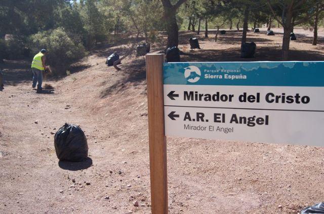 El ayuntamiento realiza una campaña de limpieza en las zonas recreativas en las inmediaciones de La Santa, Foto 1