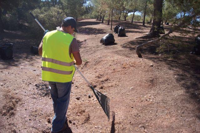 El ayuntamiento realiza una campaña de limpieza en las zonas recreativas en las inmediaciones de La Santa, Foto 2