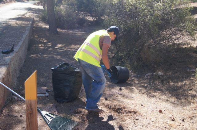 El ayuntamiento realiza una campaña de limpieza en las zonas recreativas en las inmediaciones de La Santa, Foto 3