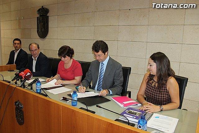 La alcaldesa de Totana y el consejero de Industria, Turismo, Empresa e Innovación firman el convenio Municipio emprendedor para favorecer y facilitar el nacimiento y consolidación de actividades empresariales, Foto 1
