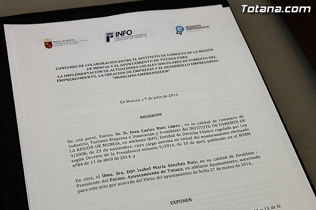 La alcaldesa de Totana y el consejero de Industria, Turismo, Empresa e Innovación firman el convenio Municipio emprendedor para favorecer y facilitar el nacimiento y consolidación de actividades empresariales, Foto 2