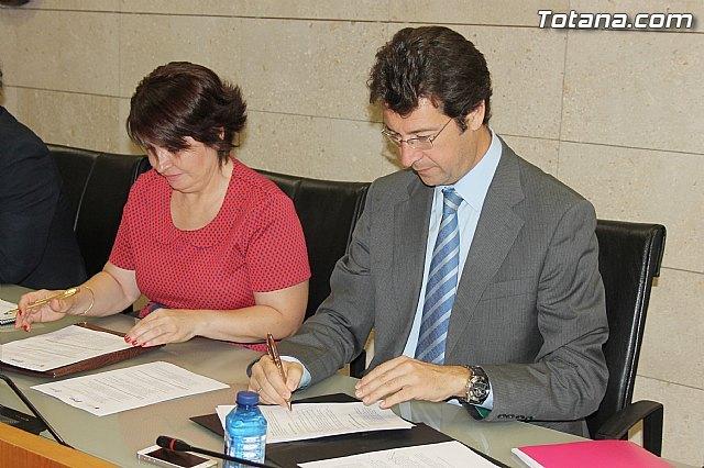 La alcaldesa de Totana y el consejero de Industria, Turismo, Empresa e Innovación firman el convenio Municipio emprendedor para favorecer y facilitar el nacimiento y consolidación de actividades empresariales, Foto 3