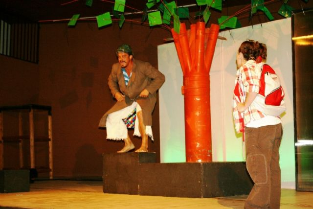 Comienzan las actividades culturales del programa de fiestas con la representación de Fly. el hombre pájaro, Foto 1