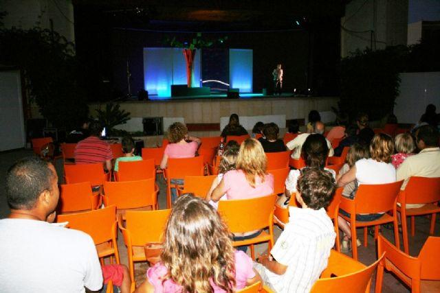 Comienzan las actividades culturales del programa de fiestas con la representación de Fly. el hombre pájaro, Foto 2
