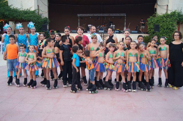 Niños y niñas del Club de Patín Totana realizan una exhibición de patinaje artístico en el parque municipal