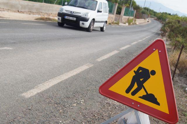 La Dirección General de Carreteras procede a la limpieza de cunetas en las principales vías secundarias de las pedanías de Totana, Foto 1