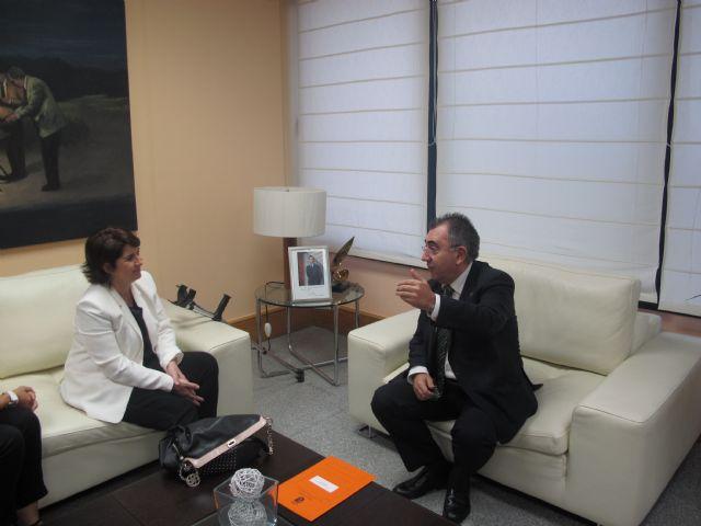 Reunión del consejero de Fomento, Obras Públicas y Ordenación del Territorio y la alcaldesa de Totana, Foto 1