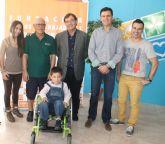 Los trabajadores y la empresa Elpozo Alimentaci�n aportan 3.130 euros para adquirir una silla de ruedas especial para un niño alhameño aquejado de una enfermedad rara