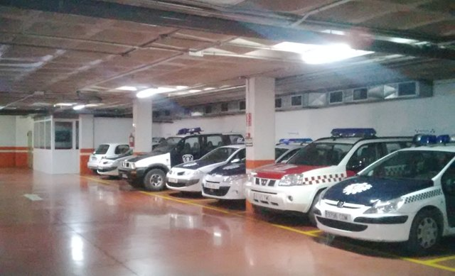 Los Agentes de la Policía Local patrullan a pie al no disponer de sus vehículos por carecer estos del seguro obligatorio, Foto 1