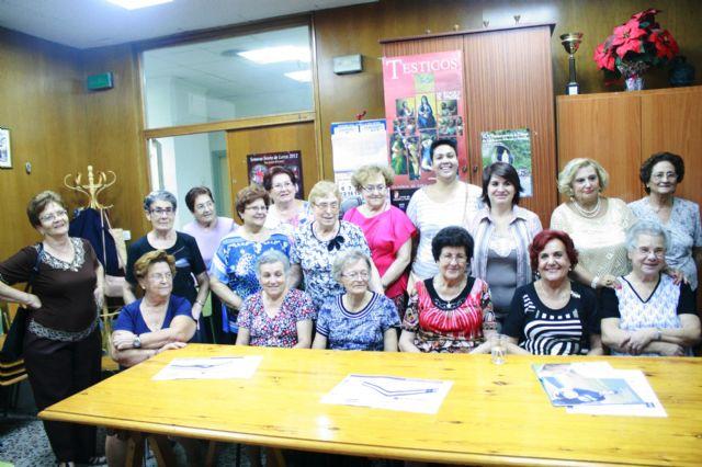 Autoridades municipales inauguran el curso 2014/15 de la Asociación de Amas de Casa de las Tres Avemarías de Totana, Foto 1