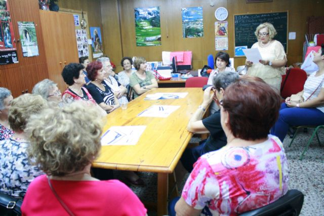 Autoridades municipales inauguran el curso 2014/15 de la Asociación de Amas de Casa de las Tres Avemarías de Totana, Foto 6