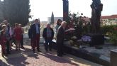 Los socialistas alhameños depositaron un ramo de rosas en la fosa com�n del cementerio