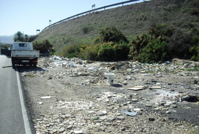 La Concejalía de Servicios y Medio Ambiente está procediendo a la limpieza de vertidos ilegales en diferentes puntos incontrolados del municipio, Foto 2