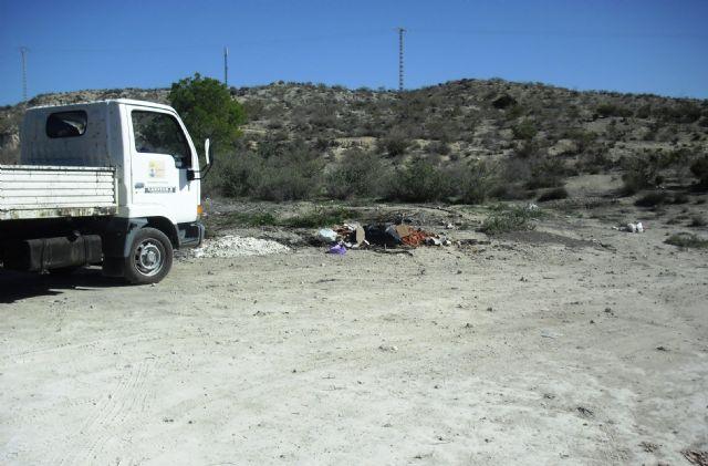 La Concejalía de Servicios y Medio Ambiente está procediendo a la limpieza de vertidos ilegales en diferentes puntos incontrolados del municipio, Foto 3