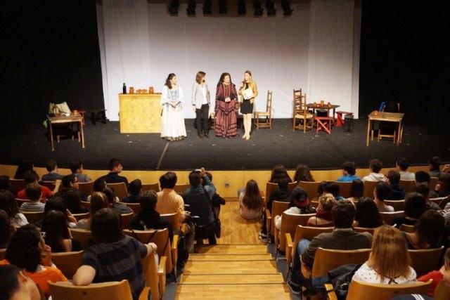 450 alumnos de nueve institutos de la Región asisten a la representación de ´Don Juan Tenorio´ en el Auditorio Víctor Villegas, Foto 1