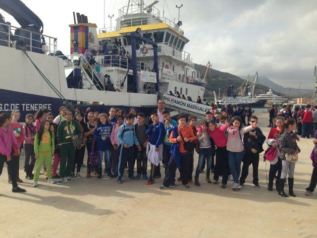 400 alumnos de Mazarrón visitan el buque de investigación Ramón Magalef, Foto 1