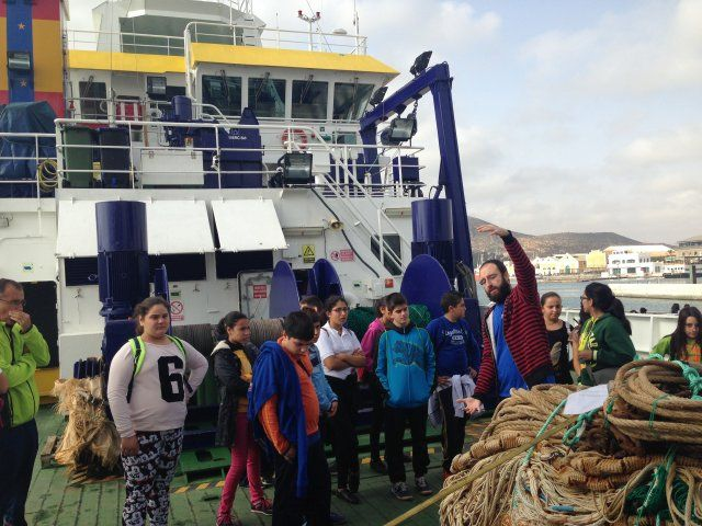 400 alumnos de Mazarrón visitan el buque de investigación Ramón Magalef, Foto 2