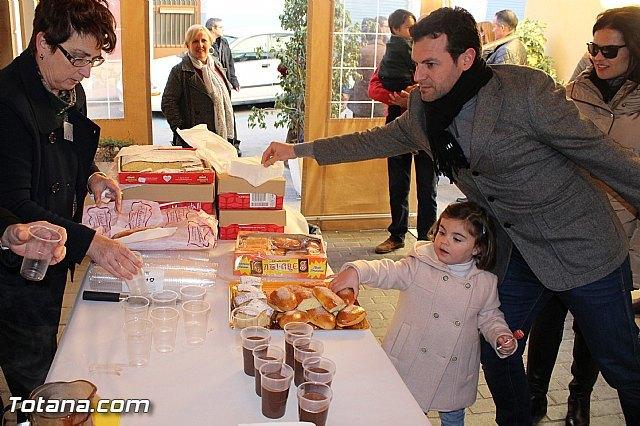 El II desayuno solidario a beneficio de Cáritas recaudó unos 200 Kg de comida y más de 100 juguetes, Foto 1