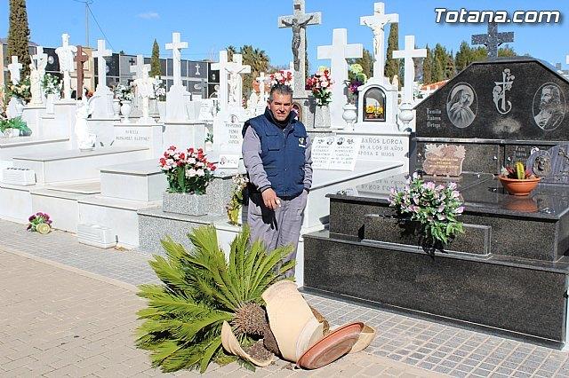 El enterrador de Totana hace un llamamiento a los propietarios de las fosas para que revisen las mismas tras el episodio de vientos, Foto 1