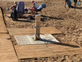 El ayuntamiento coloca nuevos sistemas de drenaje en los lavapi�s de las playas