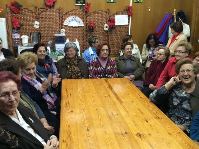 Autoridades municipales participan en las actividades organizadas con motivo del Día de la Mujer impulsadas por la Asociación de Amas de Casa, Usuarios y Consumidores las Tres Avemarías, Foto 2